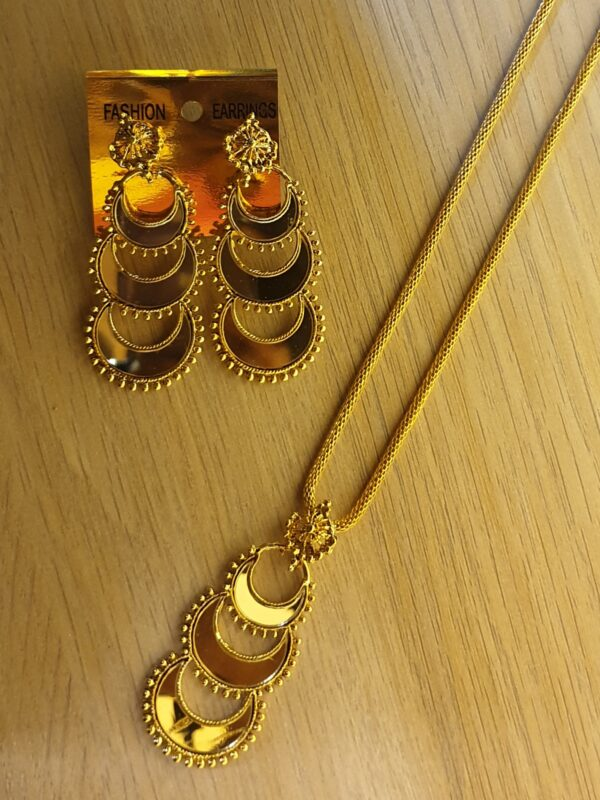 Necklace with maang tikka