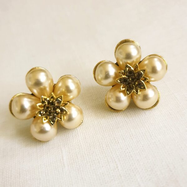 Ear studs with pearl