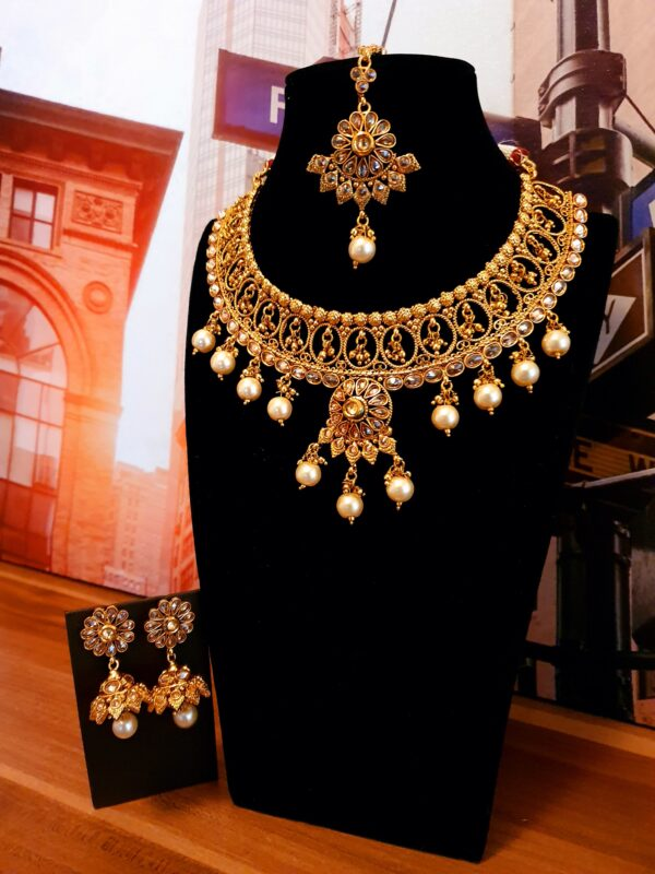 Necklace with chrystal